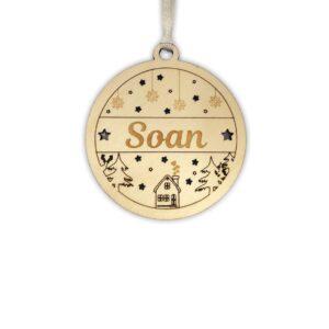 Boule de noel prénom personnalisée en bois avec cadeau au pied du sapin de noel
