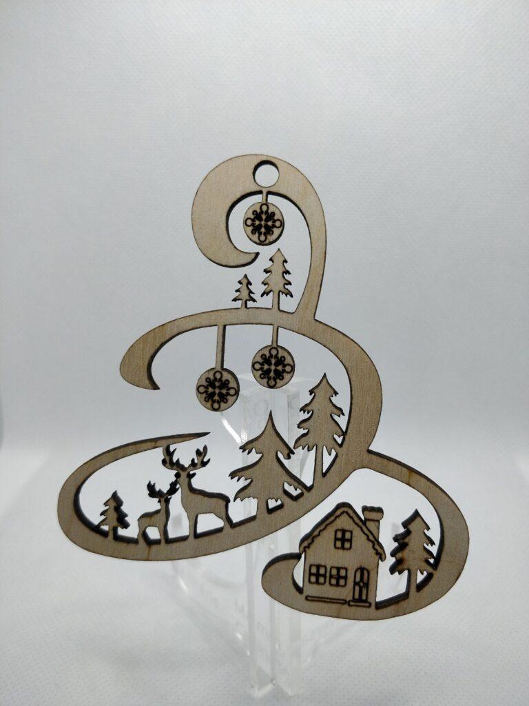 Boule de noël en bois gravé originale pour décorer votre sapin sur chevalet