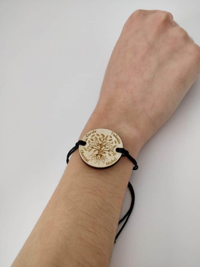bracelet arbre de vie en bois gravé personnalisé avec les prénoms de la famille ou les amis au poignet