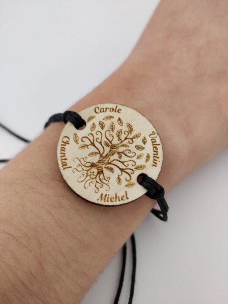 Bracelet arbre de vie en bois gravé personnalisé avec les prénoms de la famille ou les amis