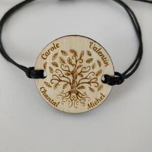 bracelet en coton ciré réglable arbre de vie en bois gravé personnalisé avec les prénoms de la famille ou les amis vue de face