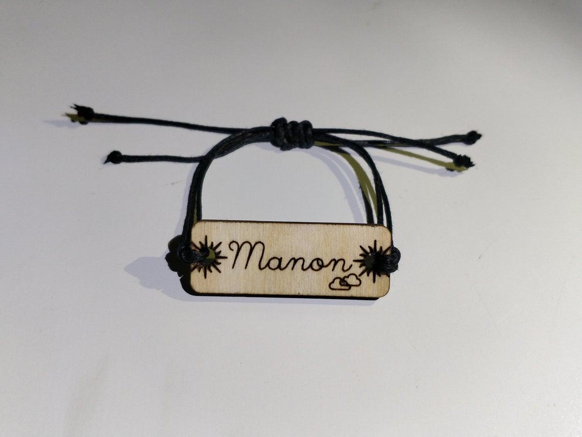 Bracelet personnalisé en bois gravé et coton ciré réglable avec prénom entouré de soleil et nuage fin Manon
