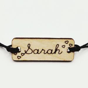 Bracelet personnalisé en bois gravé et coton ciré réglable avec prénom entouré de coeurs fin Sarah