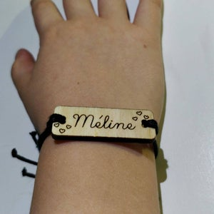 Bracelet personnalisé en bois gravé et coton ciré réglable avec prénom et cœur fin au poignet de Méline