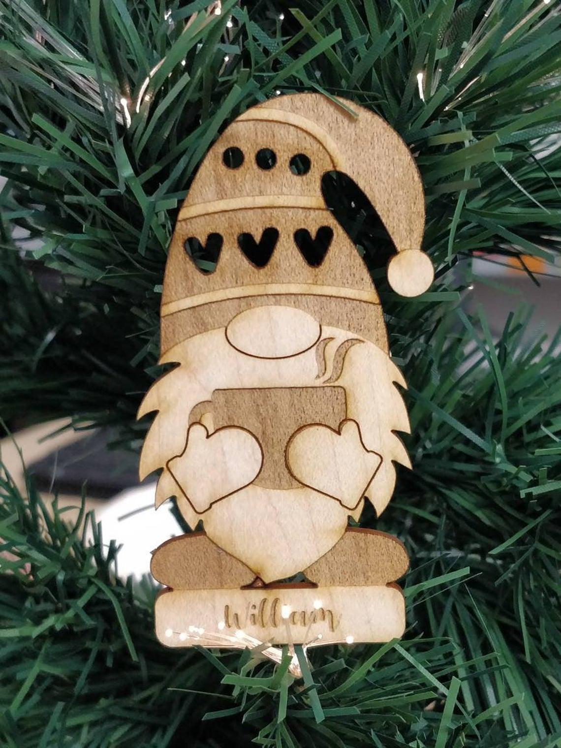 lutin de noel avec chocolat chaud en boule de noel personnalisée dans un sapin gravure laser bois pour deco de noel fait main